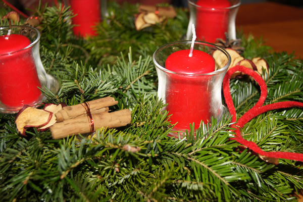 advent wreath in red-green