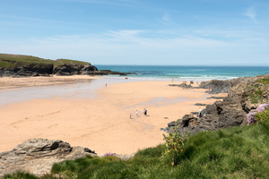 Sandy cove: A sandy cove on the coast of Cornwall, England.