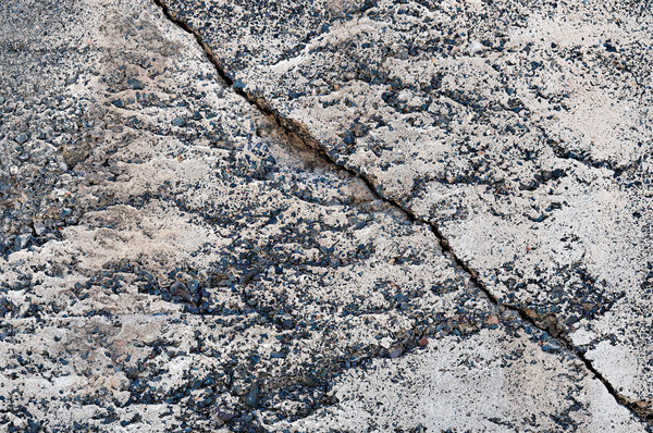 Cracked concrete: Concrete wall with a big crack.