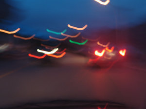 > night light 1: luzes de carros e postes a noitelight of cars in the night