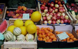 fruits: fruits to buy at a market
