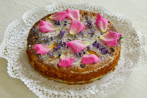 Rose cake: Sponge cake decorated with rose leaves and lavender
