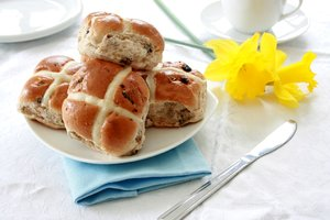 Hot Cross Buns: Traditional english easter hot cross buns