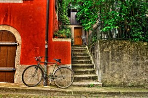 Bike next to a wall: An old bike standing next to a wall