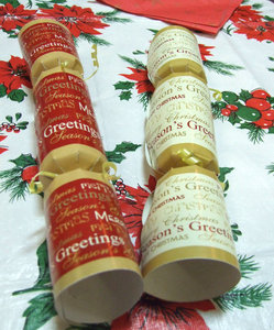 table Christmas greeting: Christmas table with Christmas crackers, bon bons