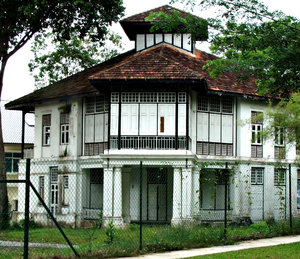 abandoned bungalow: old two-storey abandoned bungalow in Singapore