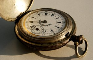 Lost in time: Old pocket watch with a missing arm