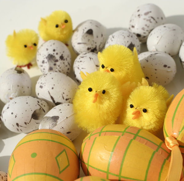 easter decorations: easter eggs and chicks