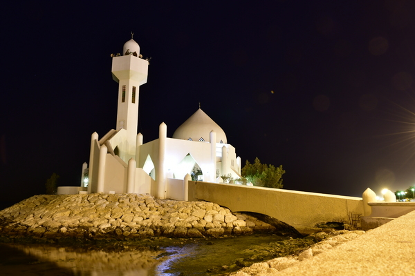 mosque on the beachfront: Night photography of a Mosque built on the beach front in Saudi Arabia. Beautiful Architecture with curves and arches.
