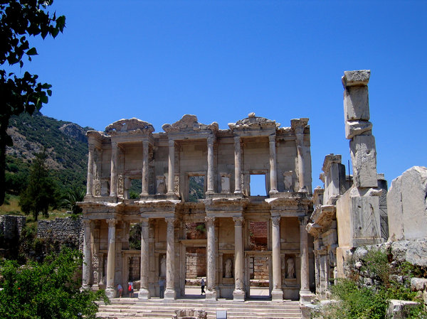 Efes library: Ruins of the famous library in Efes, Turkey.