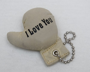 "I Love You: Key chain boxing glove with the text ""I LOVE YOU"""