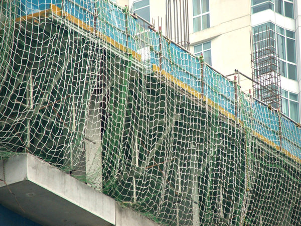 construction safety mesh: protective safety netting at construction site