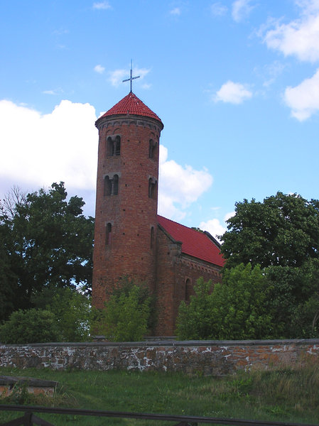 Saint Idzi Church: Romanesque, brick-built church dedicated to St Idzi (1086, destroyed in 1915, restored between 1936-38), the church funded by King W�adys�aw Herman as a votive offering for the birth of his son- Boles�aw Wry-mouthed, one of the most treasured monuments in the region of �ódź.