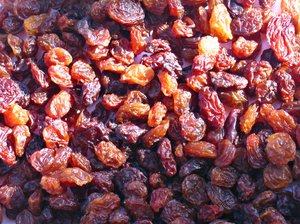 raisins texture: Did you know - Raisins range from about 67% to 72% sugars by weight, most of which is fructose and glucose. They also contain about 3% protein and 3.5% dietary fiber. Raisins, like prunes and apricots, are also high in certain antioxidants.