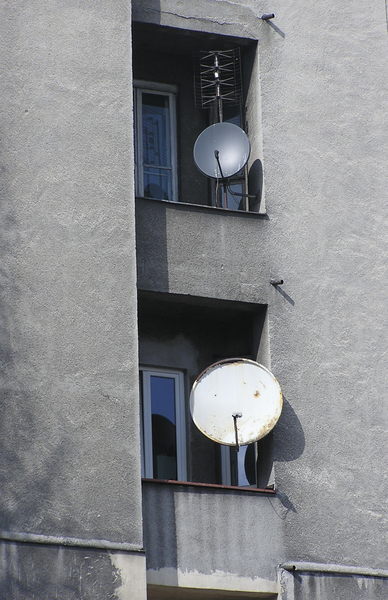 Wall with antennas