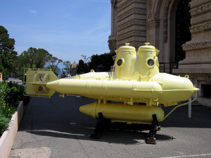 Yellow submarine: Submarine in front of the Oceanographic Museum of Monte Carlo, Monaco.