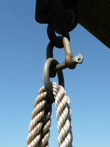 Hold me: Hanger with shackle, ring and ropes.