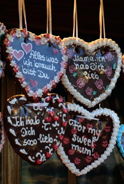 Gifts from the fun fair: Hearts with sayings which you can buy at the fun fair