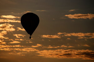 Hot air baloon: Baloon flight at sundown