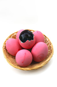 Thousand-year eggs 1: Thousand-year egg, Century egg (Thai: Kai-Yiew-Mah, ??? ?????? ??? )It is egg kept in brine solution for about a month. they often cover a shell with red lime for keep its quality.Inside: the yolk is turned to black jelly and the core is black too. Anyway