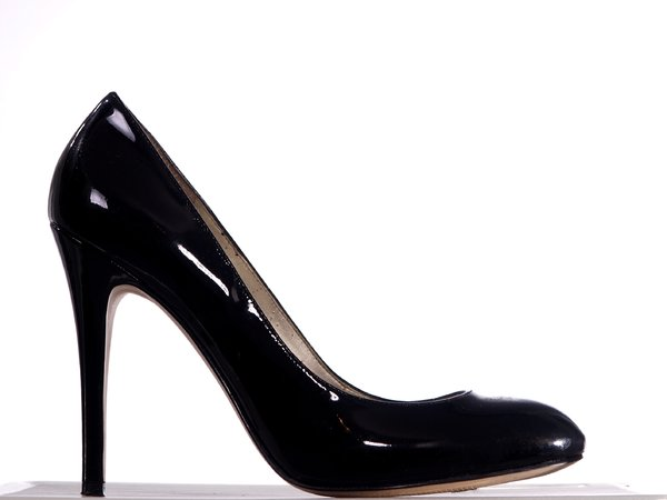 Black high heel shoees: One black womens shoee with high heels