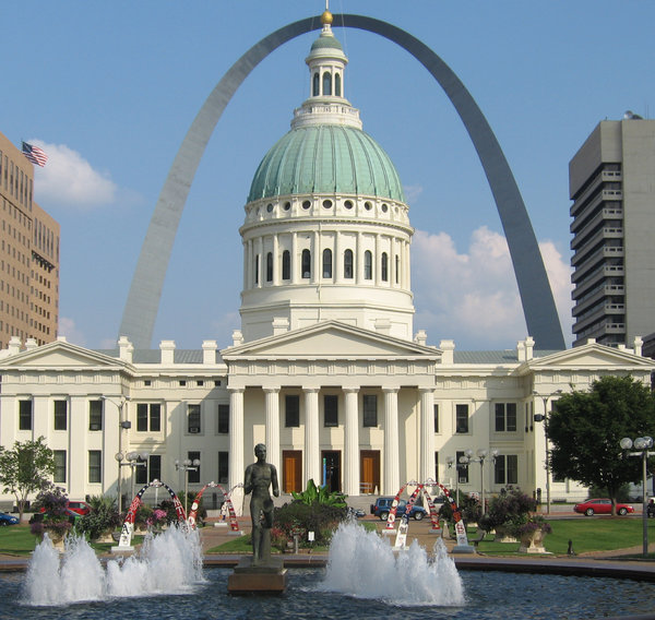 St Louis: The old court house with the gateway arch