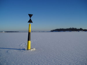 Navigation mark: A navigation mark in the ice.