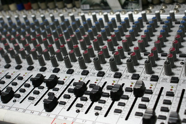 Sound mixer 1: 24-channel sound mixer table