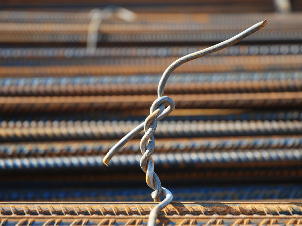 knot of a kind: knot of steel wire to keep reinforcement bars together.