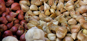 garlic and shallots: fresh garlic and shallots on sale at market