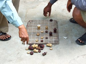 roadside chess: Cambodians playing chess on the footpath