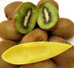 furry fruit6: quantity of ripe kiwi fruit - Actinidia Deliciosa with plastic slicer and scoop - cut open