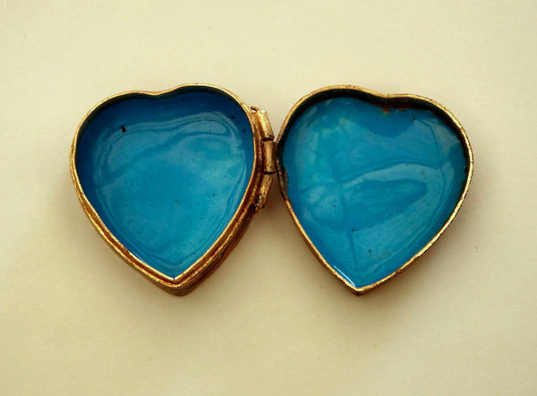blue heart2: Chinese cloisonne enameled hinged brass pill box with flowers