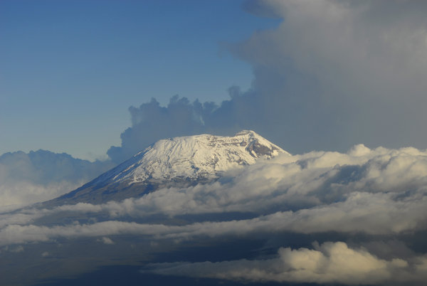 Summit Kibo from plane: Kibo, one peak of mount Kilimanjaro. Afrika's highest mountain. Tanzania, afrika